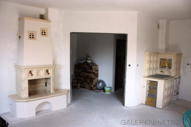 Kaflowy kominek z tradycyjnym, otwartym paleniskiem oraz kaflowa kuchnia w stylu ...