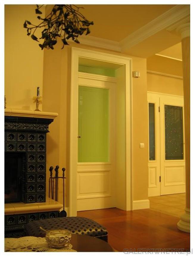 Gustowne drewniane drzwi wewnętrzne, w kolorze białym, z dużą częścią przeszkloną ...