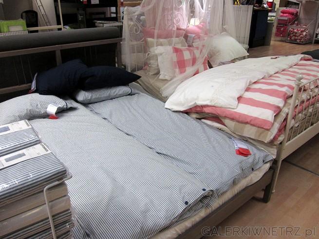 Łóżko metalowe wysokie na metalowych nóżkach Ikea. Dekoracyjny i stylowy mebel.