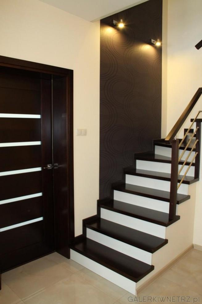 Odważny projekt schodów gdzie czerń łącz sięz bielą. Są to schody wachlarzowe zakręcające ...