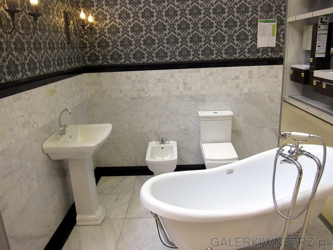 Aranżacja retro w sklepie Leroy Merlin. Ekspozycja dla klienta, przypominająca łazienkę ...