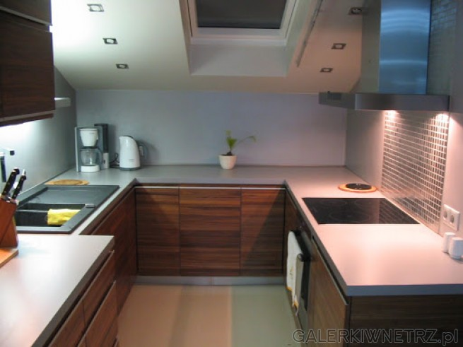 Na ścianach Laminat HPL w kolorze blatów Laminat   -> Kuchnia Na Poddaszu Pod Skosem