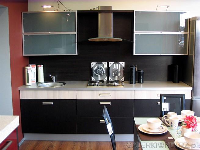Nowoczesna kuchnia, proste fronty i przeszklone matowym szkłem szafki. Okrągły zlew. ...
