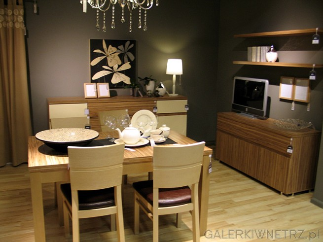 Komplet stół + 4  krzesła do jadalni. BRW