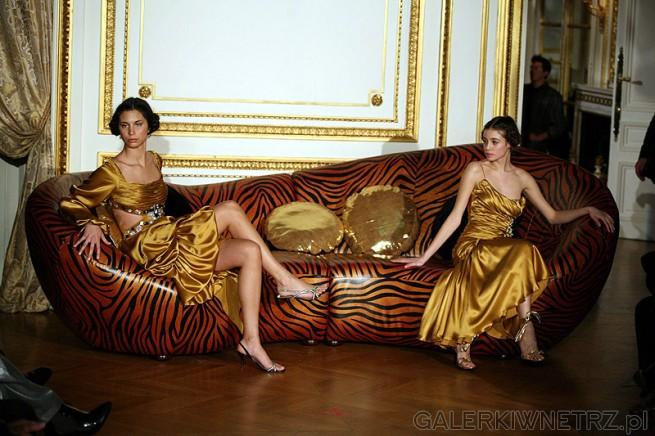 Sofa  - kanapa Scala oraz modelki na pokazie w Paryżu. Livingroom by Mebelplast