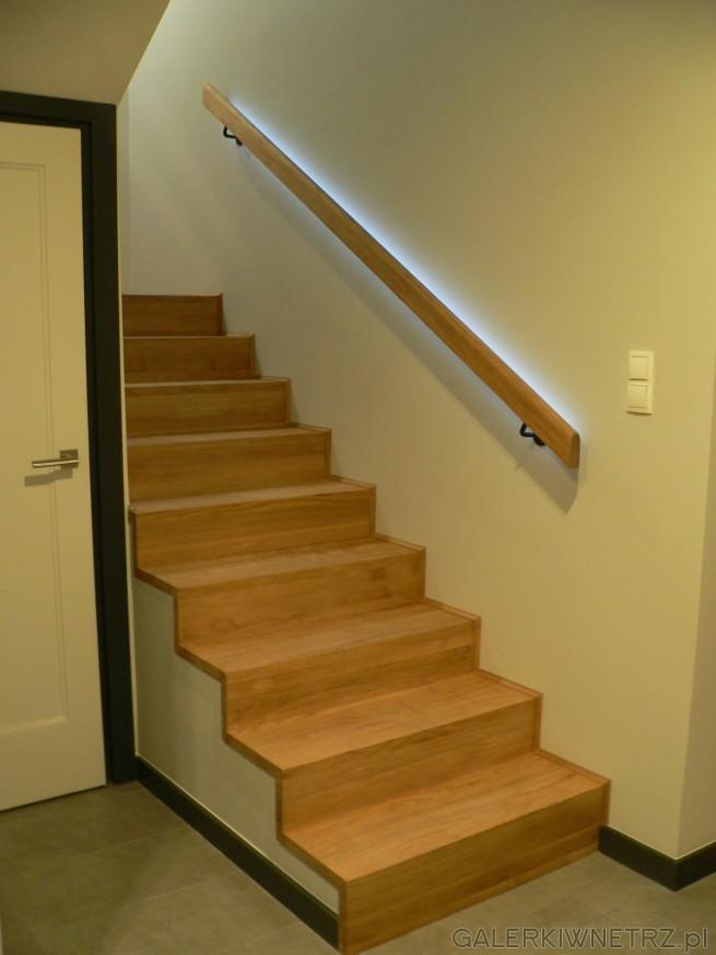 Klasyczne schody z nowoczesnym podświetleniem. Są to schody drewniane, jednak widać ...