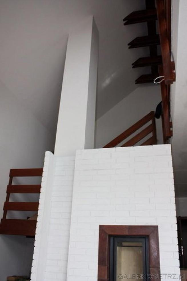 Dla lubiących biel i prostotę - oto przykład minimalistycznego kominka gdzie całkowicie ...