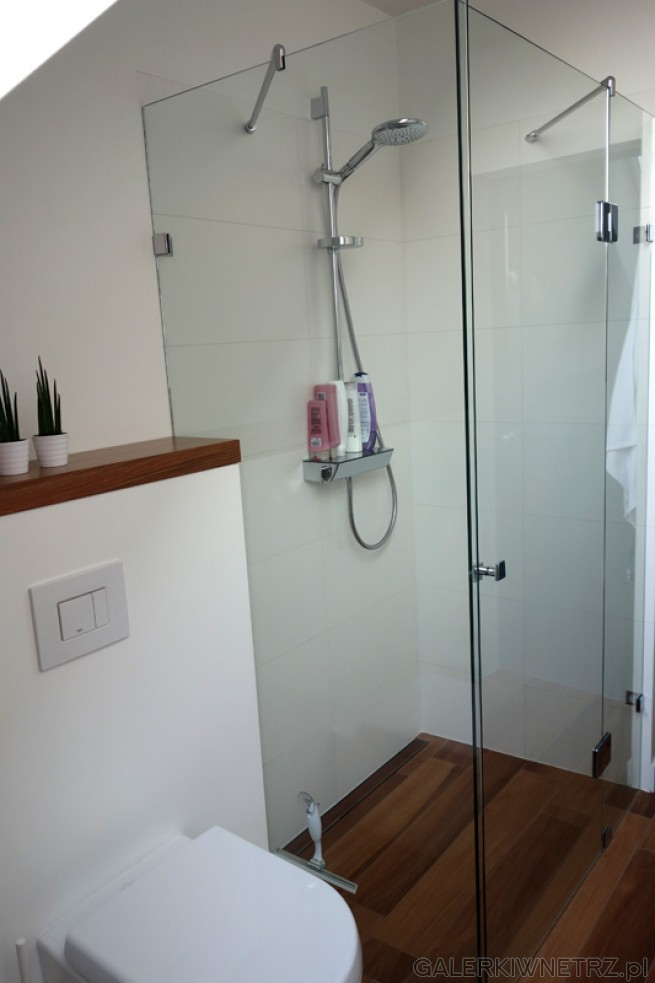 Minimalistyczna kabina prysznicowa ze szkła 8mm - jej wnętrze jest wyłożone białymi ...