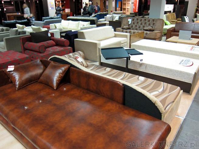 Łóżka, wersalki i sofy w salonie BRW