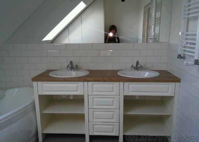 Łazienka z wanną okrągła na poddaszu ze skosami. Jest to inspiracja dla lubiących ...