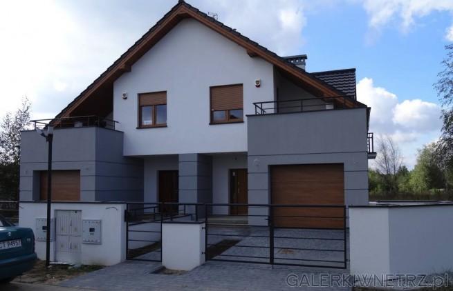 Elewacja w stonowanych kolorach - w dwóch odcieniach szarości. Dom ze skośnym dachem, ...