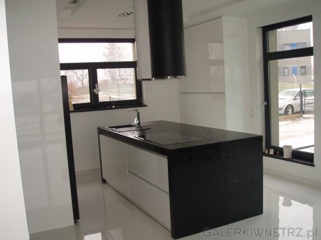 Nowoczesna aranżacja kuchni w bieli i czerni z dużymi oknami na dwóch ścianach. ...
