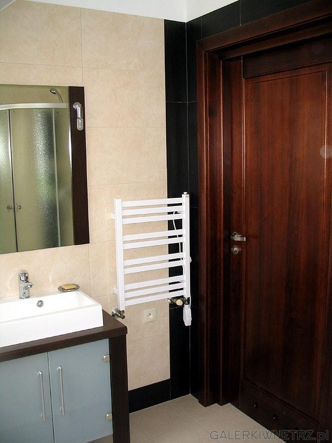 Proste lustro i drzwi z naturalnego drewna