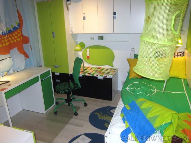 Uroczy pokój dla dziecka w zielonej kolorystyce. W pokoju znajduje siębiałe biurko ...