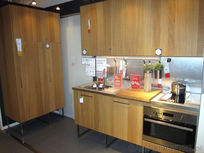 W ikei znajdziemy ładną aranżację mebli kuchennych METOD   -> Kuchnie Ikea Hyttan