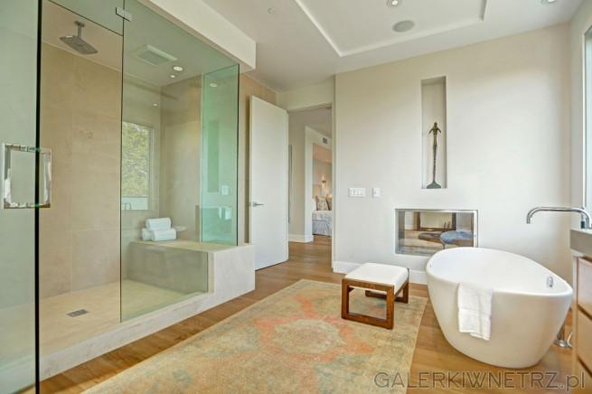 Oprócz wanny wolnostojącej w łazience znajduje siętakże bardzo duża kabina prysznicowa ...