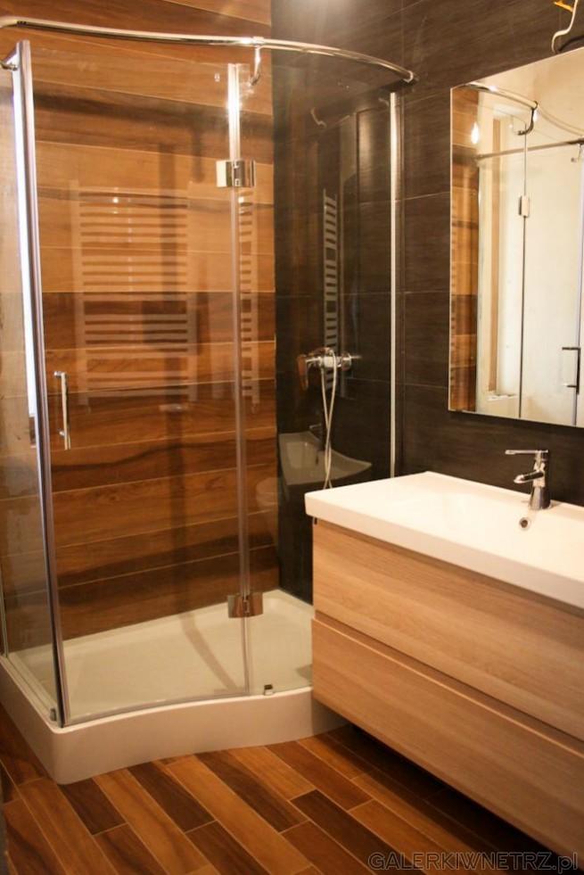 Duża kabina prysznicowa o ciekawym kształcie fali, przezroczysta ze srebrnym wykończeniem ...