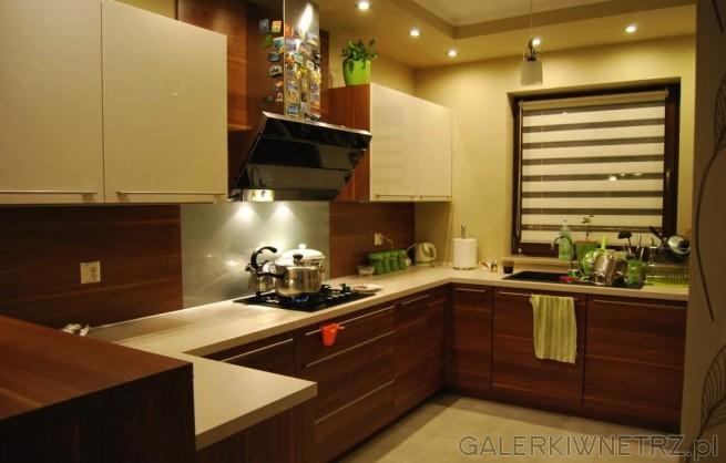 Pomysł na kuchnięw brązach i beżach. W kuchni wykorzystano małąwyspę, blat stołu ...
