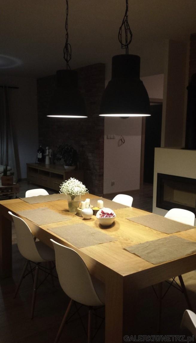 W jadalni znajduje sięduży stół z jasnego drewna, stół jest idealny dla sześciu ...