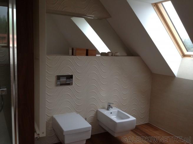 Aranżacja łazienki na strychu ze spadami. Ściana na której znajduje się misa WC ...