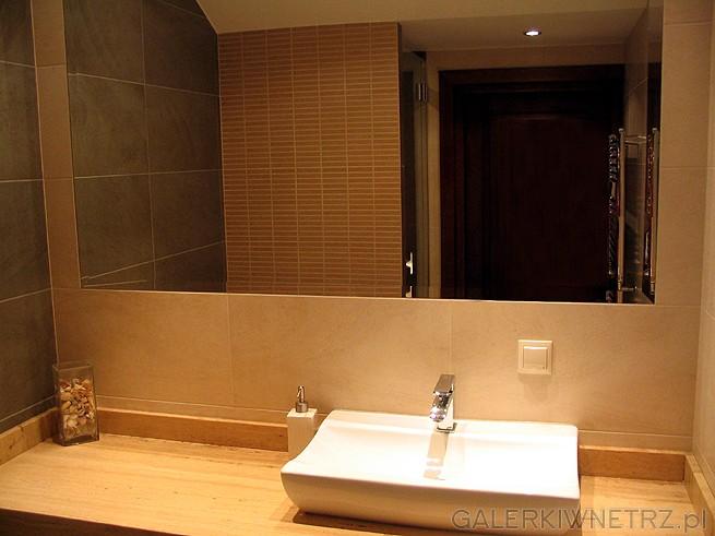 Lustro o dużej powierzchni powiększa optycznie łazienkę. Lustro nie posiada ram ...