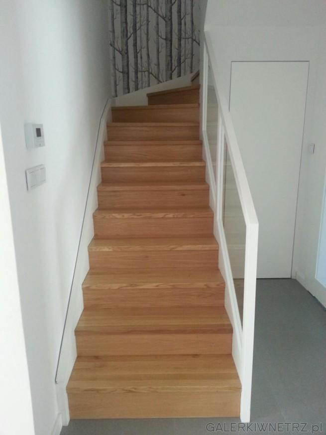 Projekt schodów dla ceniących prostotę i minimalizm - wykorzystano tu tylko biel, ...
