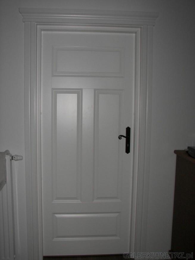Drzwi wewnętrzne Fiord, całkowicie białe i całkowicie zabudowane. Sąto drzwi, które ...