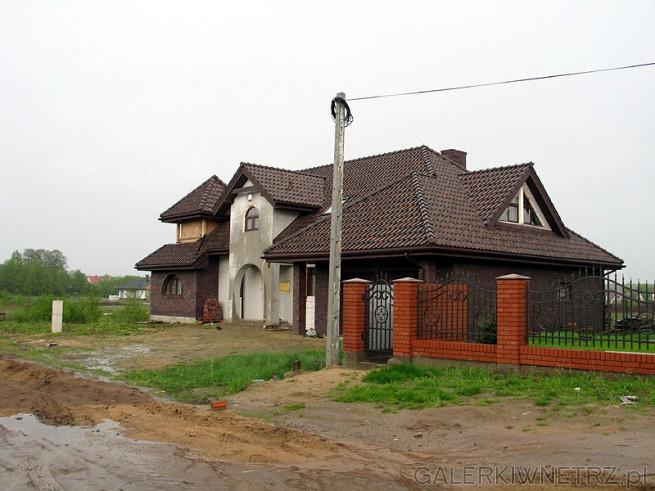 Właściciele nowych domów mają piękne posesje, natomiast dojazd do nich przez polne ...