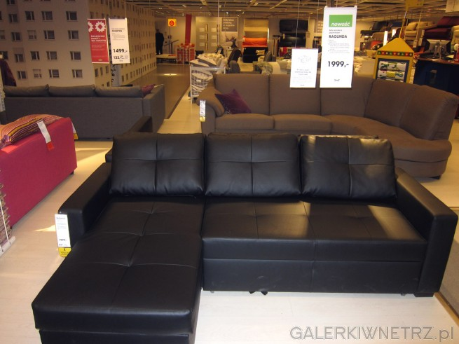 Ciemna sofa narożna z praktycznym pojemnikiem na przechowywanie pościeli. Sofa może ...