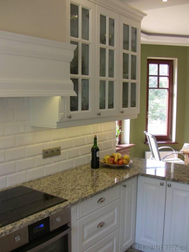Przykład projektu kuchni półotwartej, połączonej z jadalnią. Górne szafki są przeszklone, ...