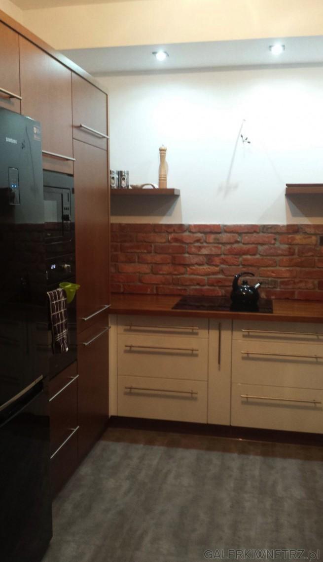 Urocza, oryginalna kuchnia gdzie została wykorzystana cegła na ścianędo dekoracji. ...