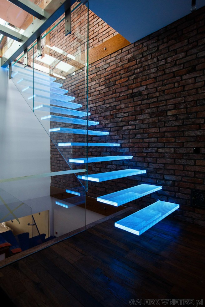 Nowoczesny projekt schodów, których stopnie są podświetlone na różne kolory. Są ...