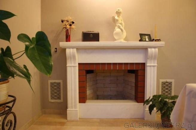 Wytworny, elegancki kominek otwarty, który można potraktować przede wszystkim jako ...
