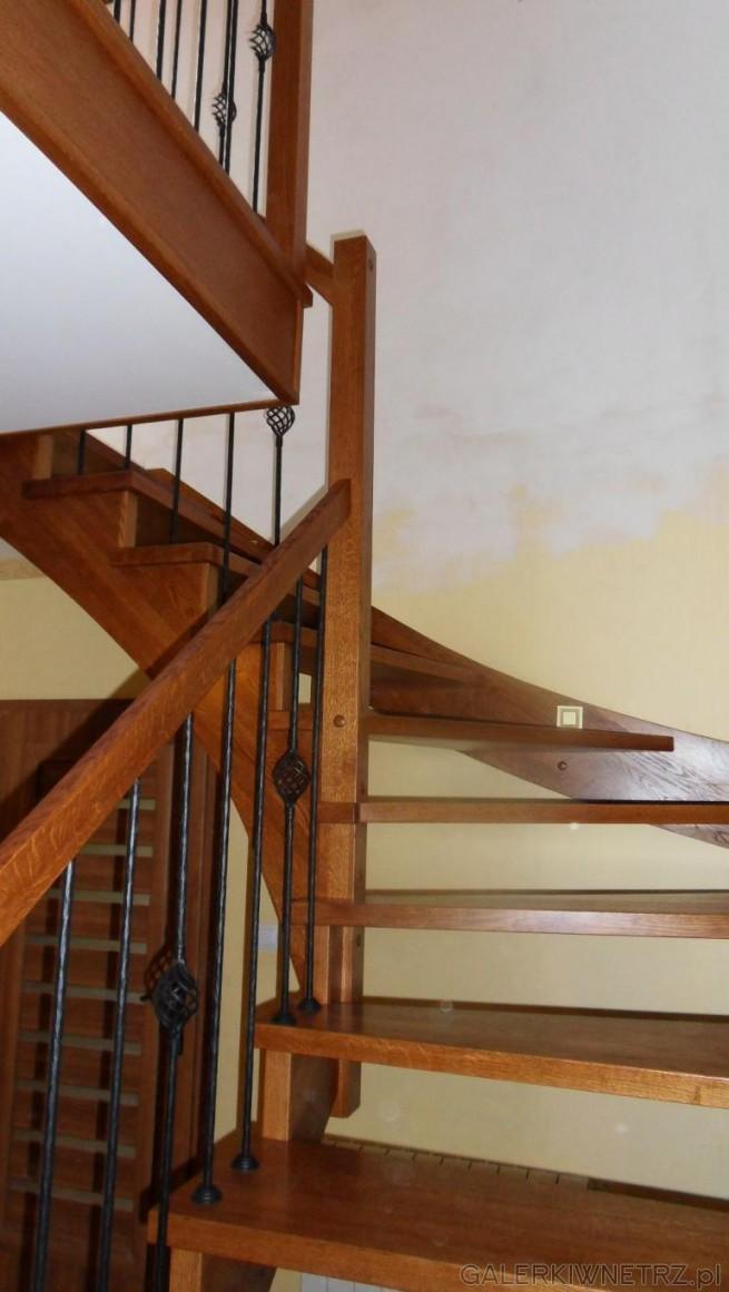 Schody ażurowe ze skrętem. Na uwagę zasługująozdobniki znajdująsięw balustradzie ...
