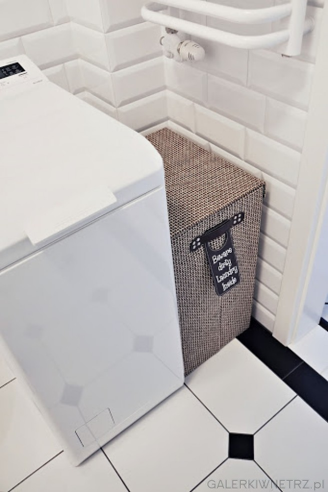 Pomiędzy pralką a ścianąznajduje się miejsce na kosz na brudne ubrania w kolorze ...