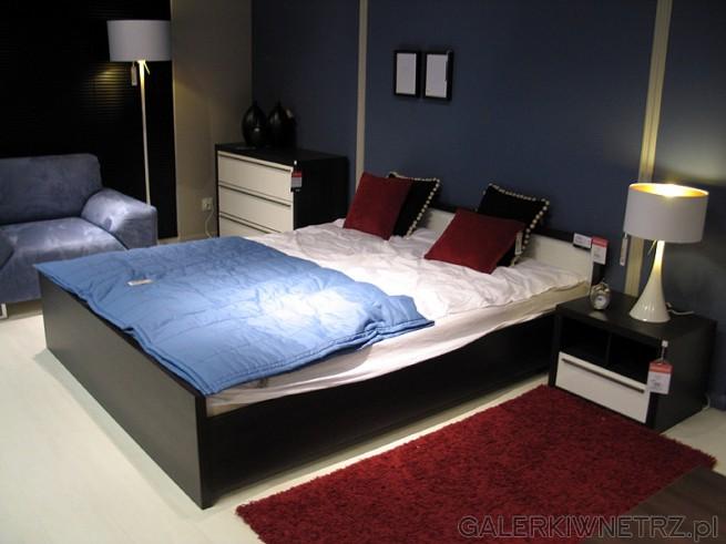 Nowoczesna propozycja na urządzenie sypialni: dwuosobowe, ciemne łóżko o prostym ...