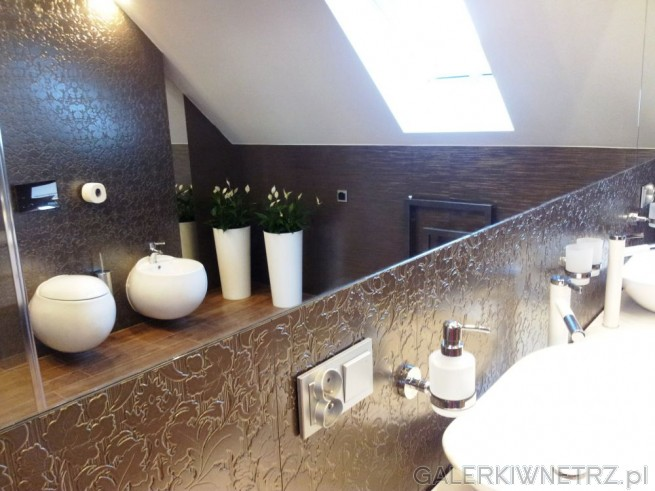 Odbicie w lustrze nad umywalkami ukazuje przeciwległączęśćłazienki: wiszącą misę ...