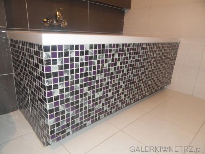 Na uwagę w tej łazience zasługuje szklana mozaika, która została wykorzystana na ...