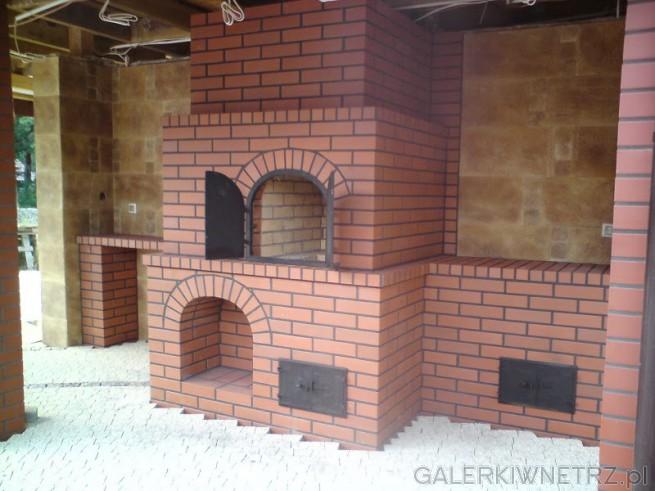 Grillo-kominko-wędzarnia wykonana z czerwonej cegły. Projekt wygląda elegancko, ...