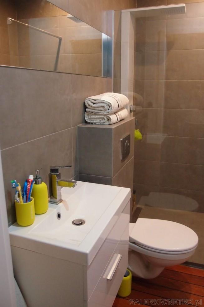 Elegancka, ponadczasowa łazienka w kolorze ciemnego beżu. Prysznic jest narożny ...