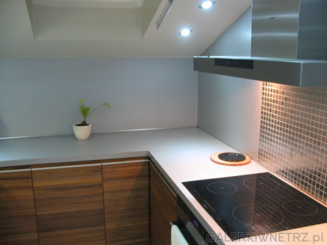 Biała kuchnia z ciemnobrązowymi meblami Okienko na   -> Kuchnia Na Poddaszu Pod Skosem