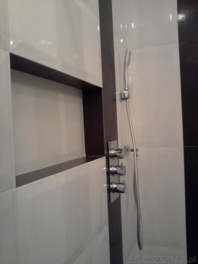 Prysznic wyłożony jest białymi płytkami Tubądzin z kolekcji Zień, które zostały ...