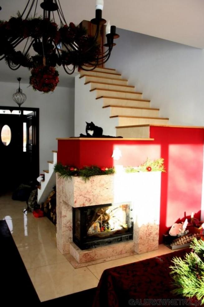 Propozycja kominku pod schodami - niezwykła oszczędność miejsca. Zabudowa kominka ...