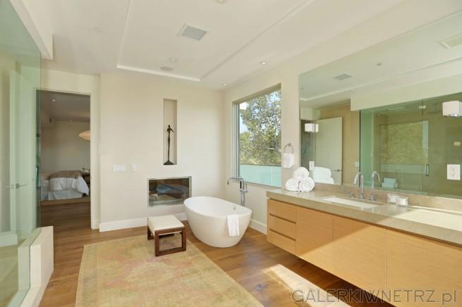 Łazienka z przejściem do sypialni. Łazienka jest bardzo duża, zaprojektowana w jasnych ...