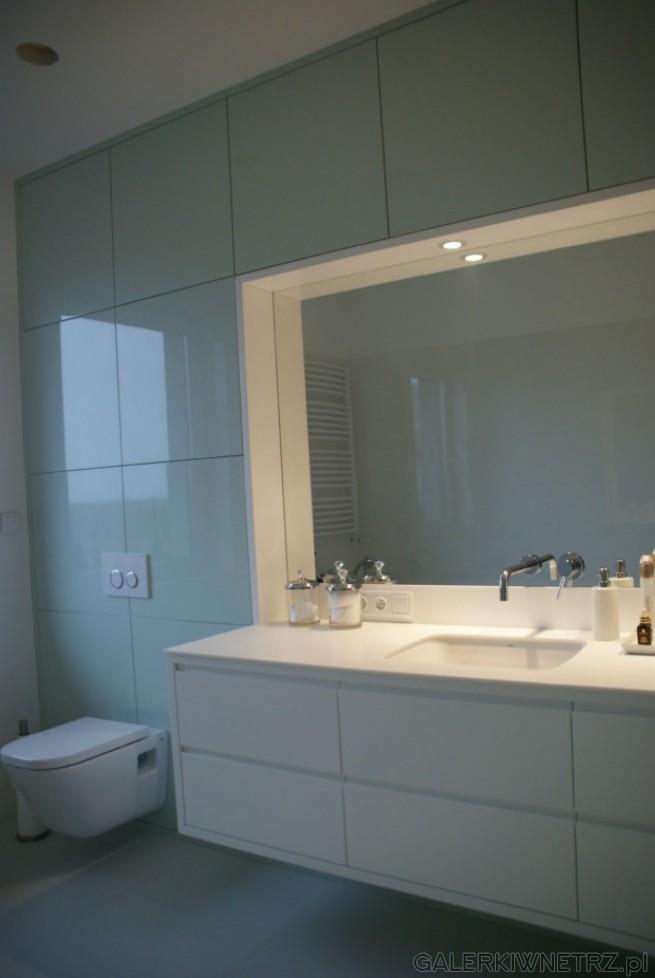 Łazienka w jasnych kolorach. Minimalizm i prostota powodują, że łazienka jest bardzo ...