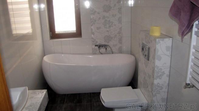 Łazienka w jasnych kolorach i z wykorzystaniem dekorów o motywie kwiatowym. Płytki ...