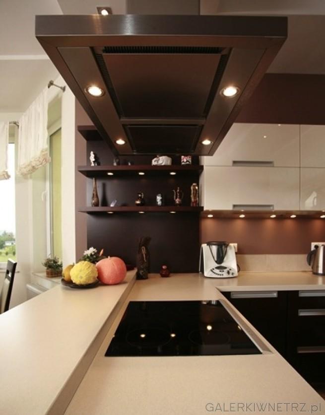 Elegancka kuchnia w brązach i różnych odcieniach ecru Jest to kuchnia półotw