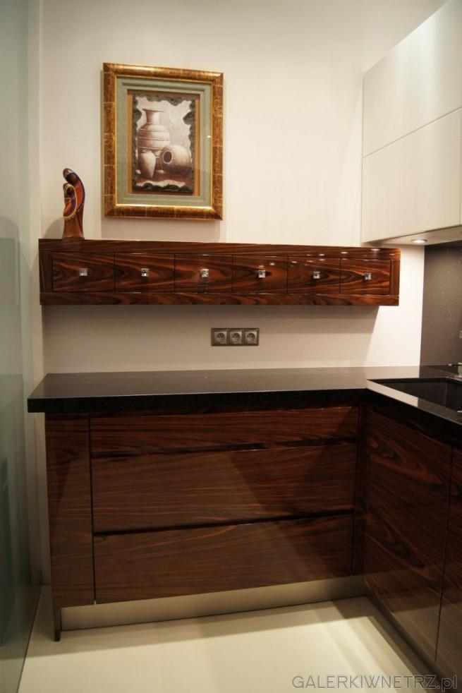 Na białej ścianie przymocowane są szufladki z drewna na przyprawy. Ten zapomniany ...