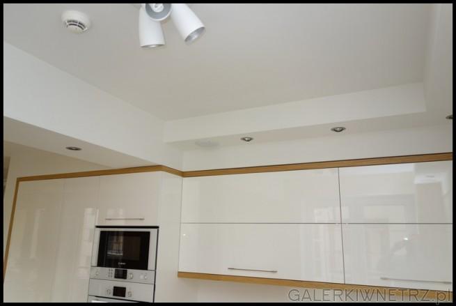 Aranżacja bardzo jasnej kuchni z dominacjąbiałych szafek i białych zabudowań sprzętu ...