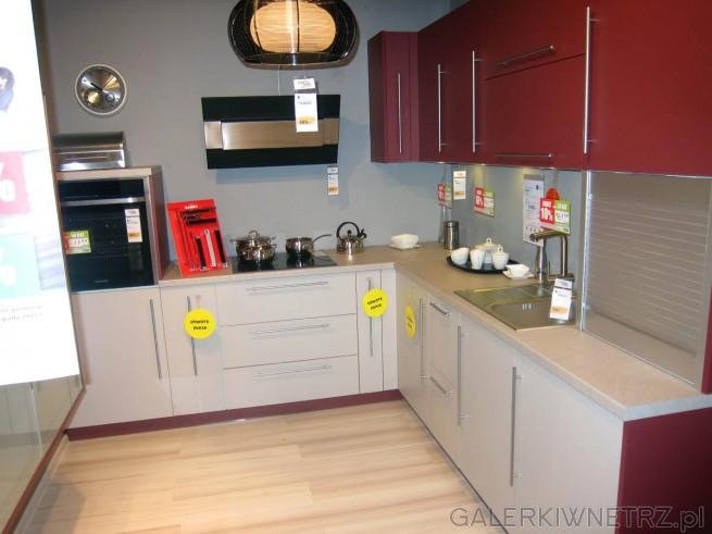 Ciekawe zdjęcie kuchni nowoczesnej w dwóch kolorach - bordowym i przełamanej bieli. ...